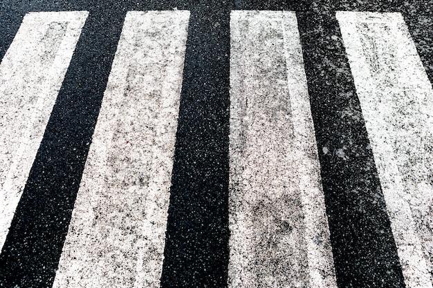 Разметка дорожного покрытия и концепция движения - крупный план пешеходного перехода