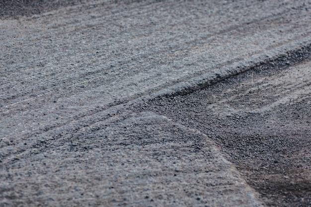 Ремонт дорожного покрытия. удаление асфальта со старой дороги