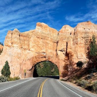Дорога в национальный парк брайс-каньон через туннель в скале