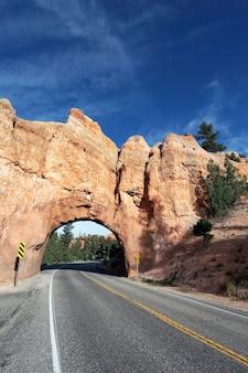 Дорога в национальный парк брайс-каньон через туннель вертикальный вид