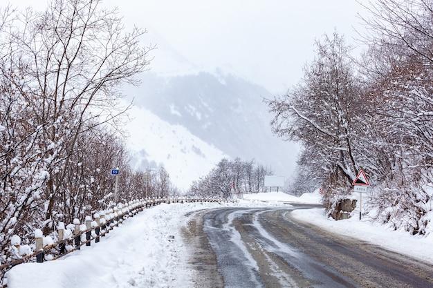 冬のグダウリリゾートへの道