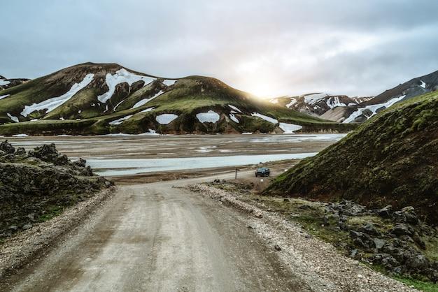Дорога к landmanalaugar на горной местности исландии.