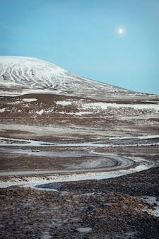 冬のアイスランドのlangjã¶kull氷河への道、バックグラウンドで車を運転