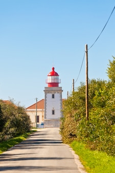 Дорога к маяку кабу-сардау, португалия - фарол-ду-кабу-сардау (построен в 1915 году)
