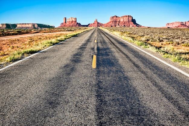 青い空とモニュメントバレーへの道