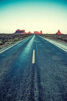특별한 사진 처리가있는 road to monument valley