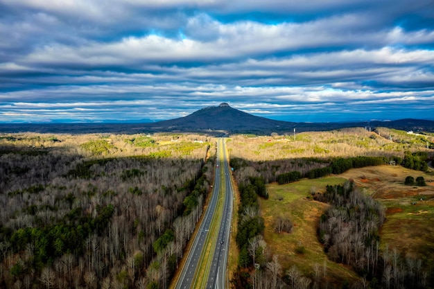 曇りの冬の日にノースカロライナ州のパイロットマウンテンへの道