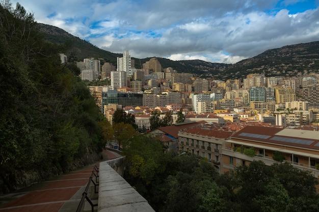 모나코 궁전으로 가는 길, 정상에서 도시 전망. 유럽에서 인기 있는 여행지.