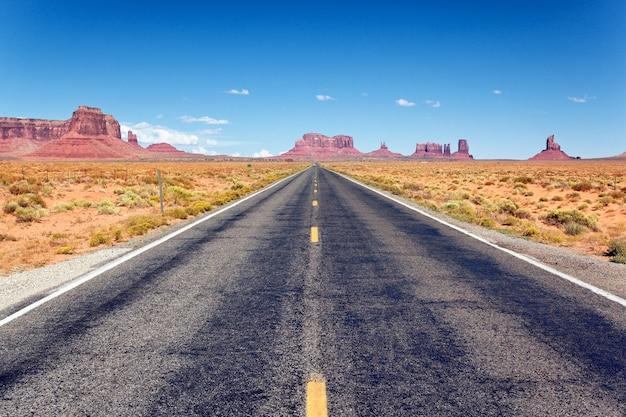 アリゾナ州モニュメントバレーへの道