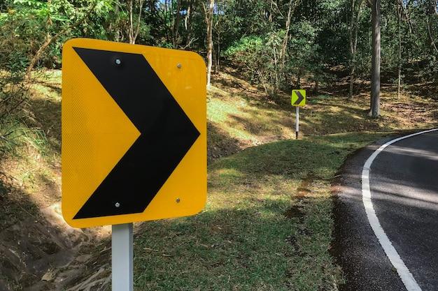 速度を落とすために右に曲がった道路交通シンボル