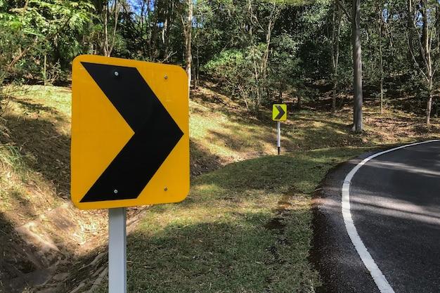 속도를 줄이기 위해 오른쪽으로 구부러진 도로 교통 기호