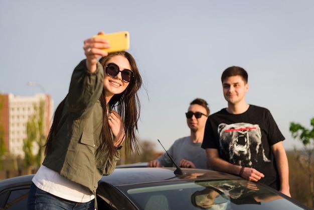 Концепция поездки с группой друзей
