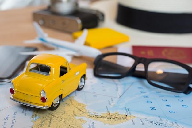 도로 여행, 여행 개념을 위한 세계 지도에 있는 귀여운 자동차 모델.