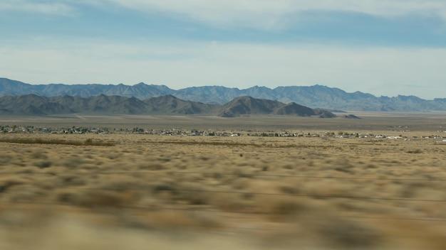Поездка из гранд-каньона, аризона, сша. вождение авто, маршрут в лас-вегас, невада. путешествие автостопом по америке, местное путешествие, спокойная атмосфера дикого запада, индийские земли. пустыня через окно машины.