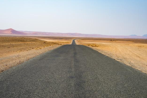 Автопутешествие по пустыне намиб, национальный парк намиб науклуфт, путешествие в намибию. туристические приключения в африке.