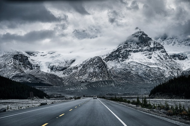 캐나다 아이스필드 파크웨이(icefields parkway)의 우울한 눈 덮인 바위산과 함께하는 로드 트립