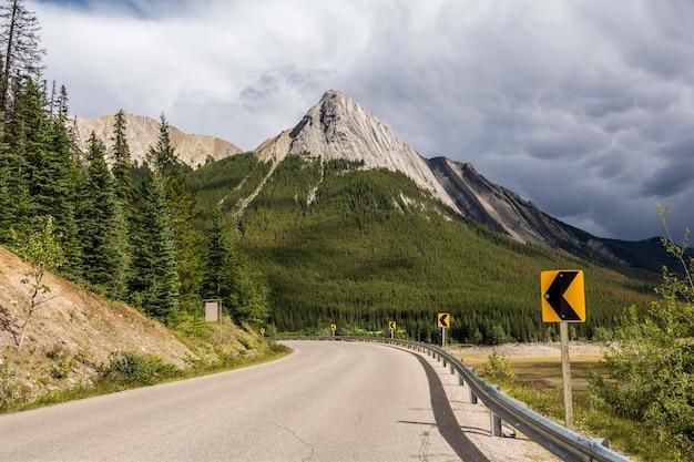 도로 회전 기호입니다. 캐나다 앨버타 재스퍼 주립공원 인근 고속도로