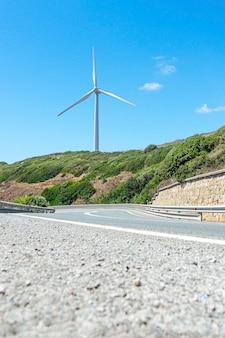 澄んだ青い空を背景に製粉所のある道路。