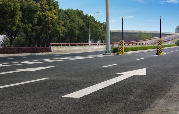 화살표가있는 도로