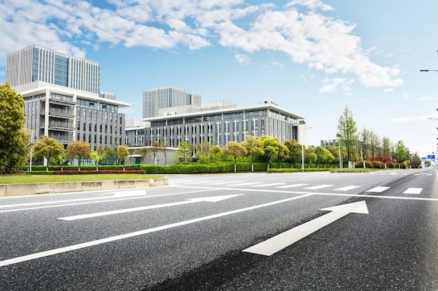Strada con edifici di sfondo