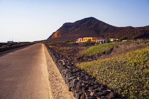 乾いた石の壁のある道路。背景のモンテネロ火山。シチリア島リノーザ