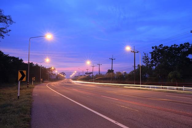 Дорога со световым полюсом