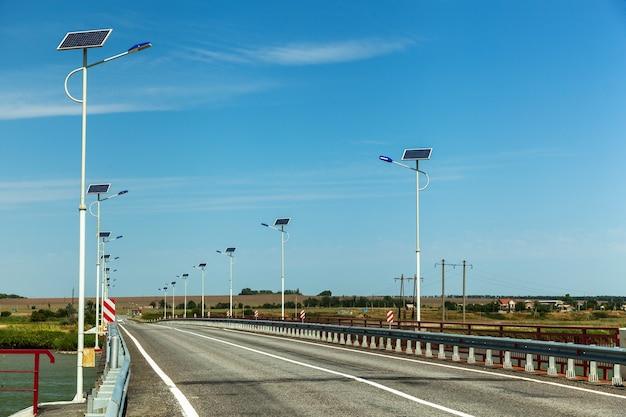 太陽光発電の街路灯のある道路