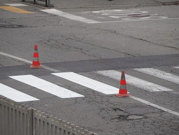 道路はトラフィックコーンで動作します