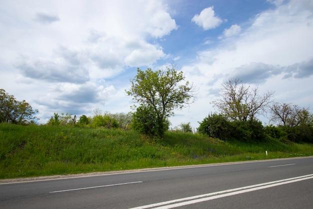 車の窓から動いている道端と美しい曇り空