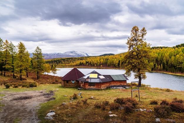 キデル湖のほとりにある観光客のための道端のカフェ秋のタイガの風景アルタイロシア