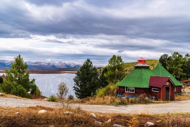 Uzunkel 호수 기슭에 있는 길가 카페. 러시아 알타이 공화국 울간스키 지구