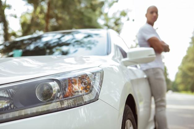Красивый африканский человек любит путешествовать на машине по roadtrip