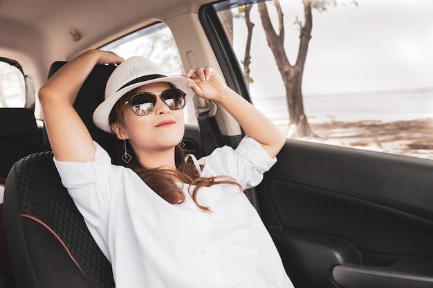Расслабленная счастливая азиатская женщина на летних каникулах путешествия roadtrip