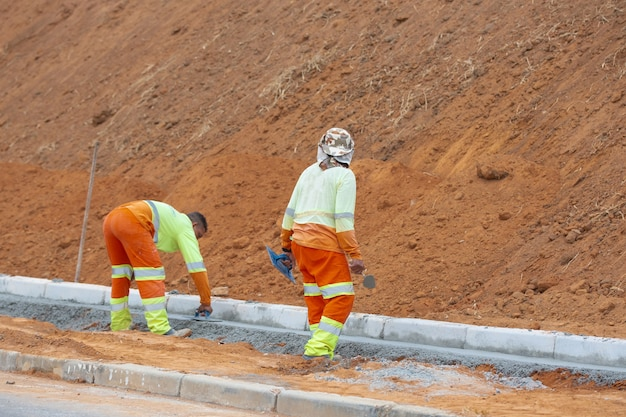 Дорожные работы с рабочими на краю