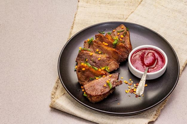 鴨胸肉のローストと蒸し煮、甘酸っぱいベリーソース