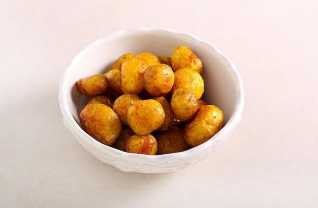 Запекать молодой картофель в миске
