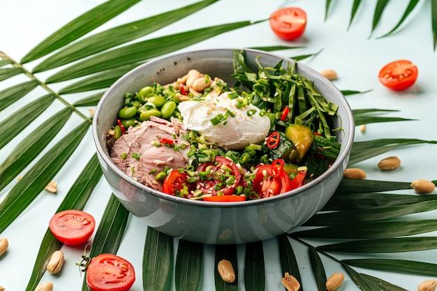 ポーチドエッグと野菜のローストビーフポケ