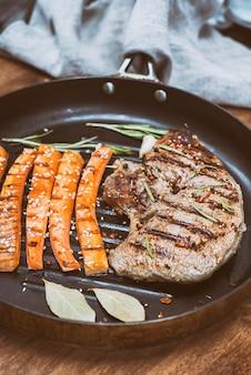 Roast beef steak in a round frying pan