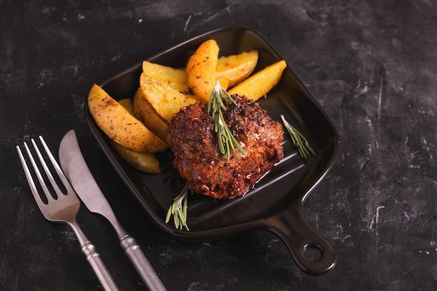 Ростбиф с жареным картофелем