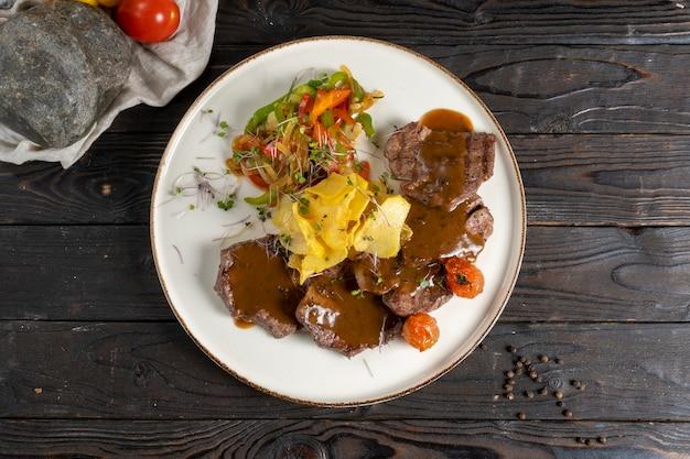 ローストビーフとグレービーソース、フライドポテトと野菜