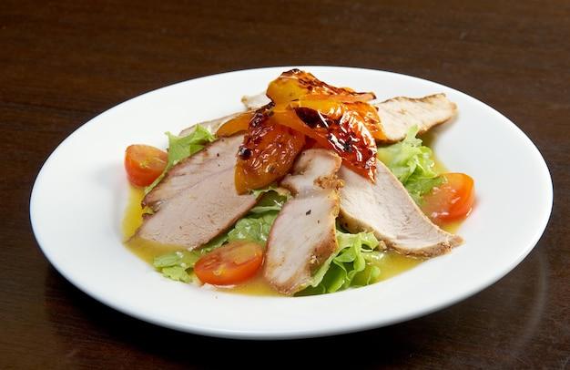 구운 닭고기 필레와 야채.