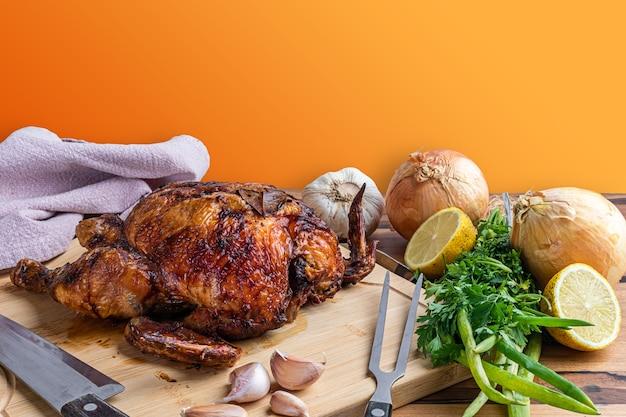 로스트 치킨은 테이블에 나무 보드에 제공됩니다.