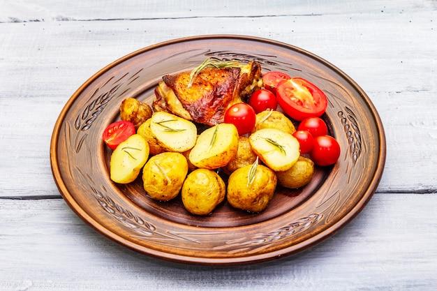 구운 닭 허벅지와 아기 감자