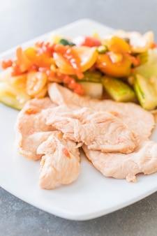 Жареная курица с смешанным овощным кислым и сладким печеньем