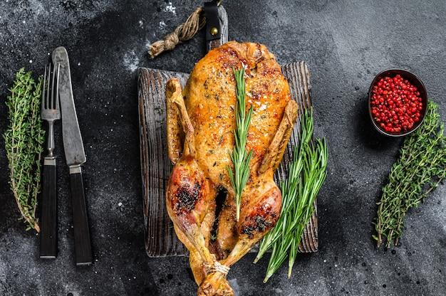 Жареная утка, фаршированная печеными яблоками, рецепт праздничного рождества