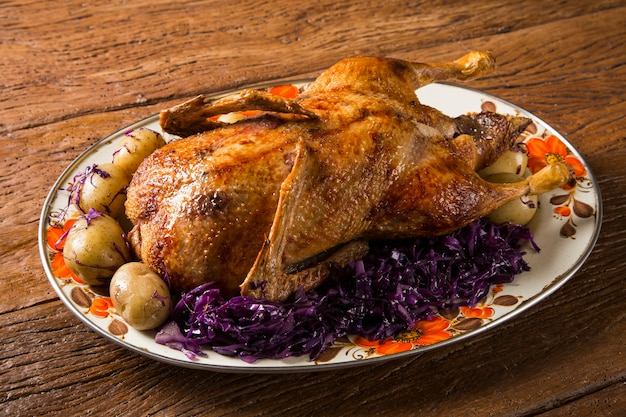 Жареная утка с картофелем и пурпурной капустой