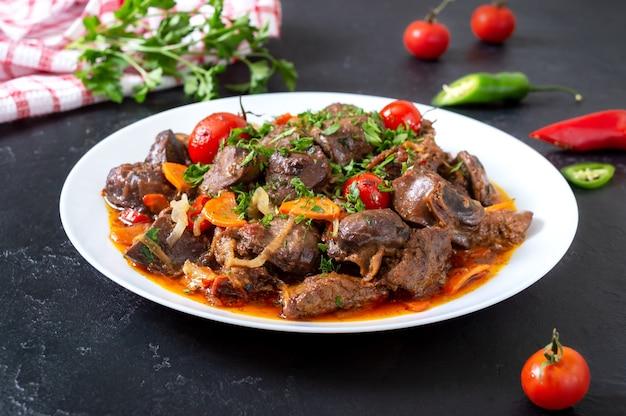 야채와 함께 구운 내장. 아르메니아 요리 kuchmachi.