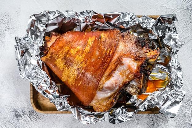 후추와 향신료로 구운 돼지 고기 너클. 회색 배경. 평면도.