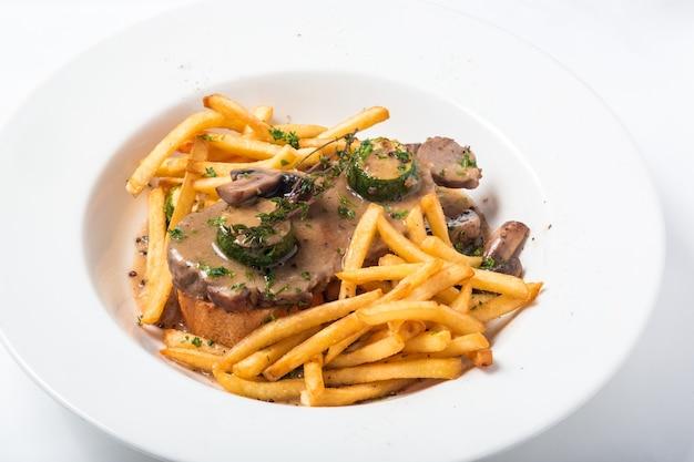 Жаркое из свинины на тосте с грибами, соусом и картофелем фри