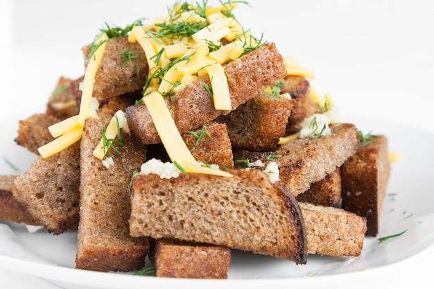 チーズとガーリックのパンからラスクをローストします。